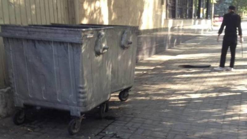 Заведение выставило на аллею контейнеры для мусора, - очевидец