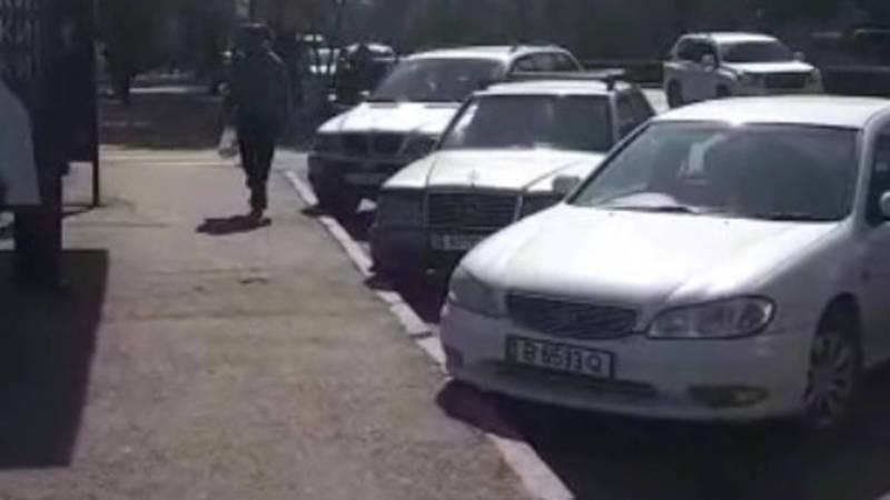На остановке в 7 мкр паркуют машины, - очевидец