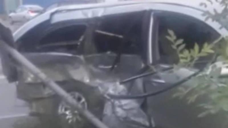 ДТП на 7 апреля. «Ниссан» вылетел с дороги и врезался в дорожный знак. Видео с места аварии