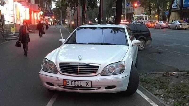Водитель припарковал свой «Мерседес S500» на велодорожке