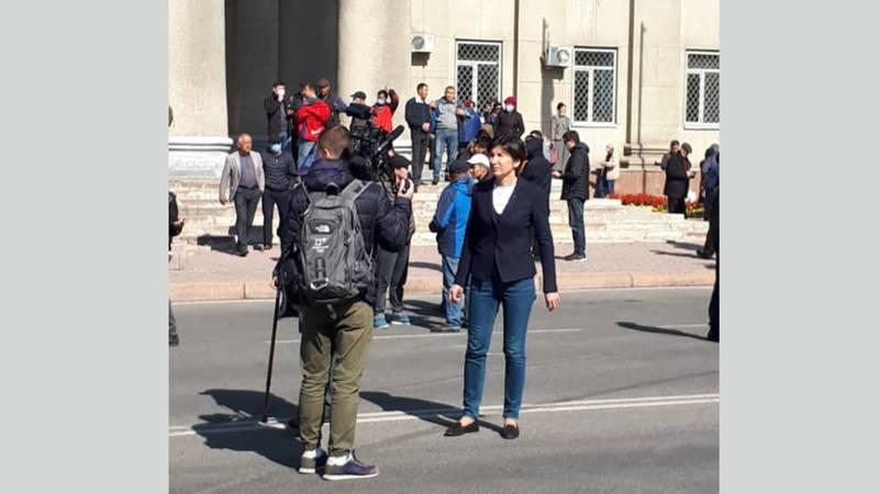 Российская журналистка Ирада Зейналова ведет репортаж из центра Бишкека. Фото, видео