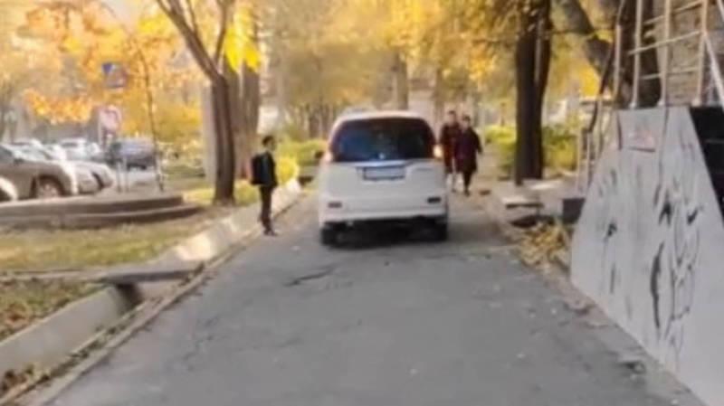 На ул.Боконбаева «Хонда» едет по тротуару. Видео очевидца