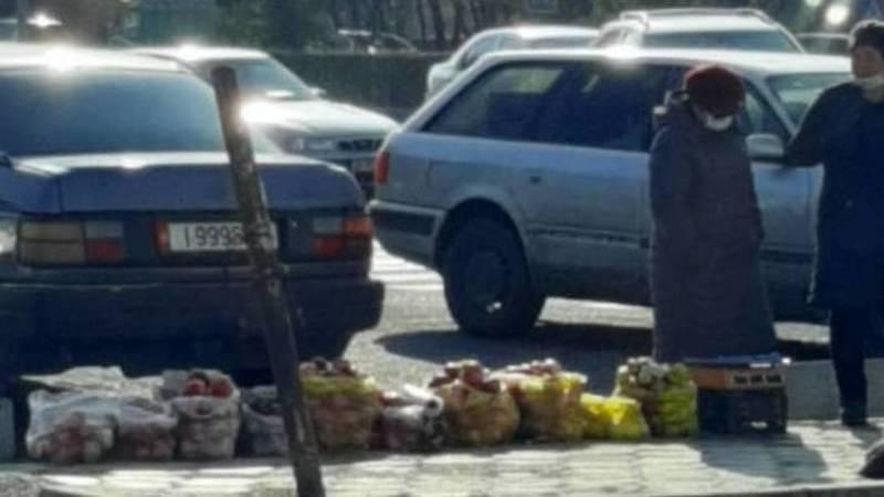 Стихийная торговля на Жукеева-Пудовкина мешает пешеходам, - очевидец