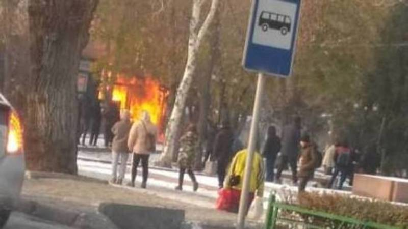 В центре города горит кафе. Видео и фото