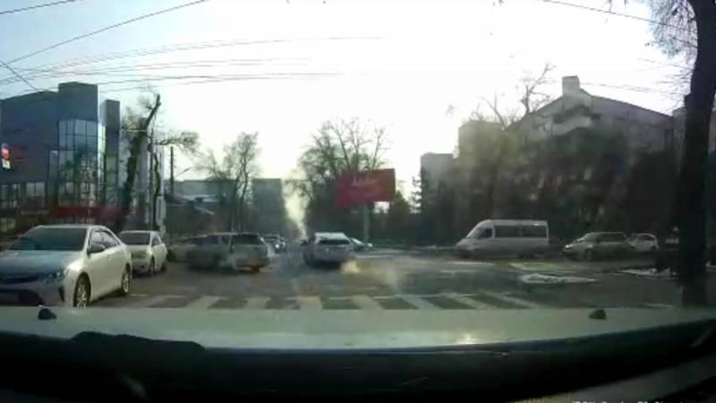 «Тойота» со штрафами в 29,5 тыс. сомов едет против шерсти по Панфилова