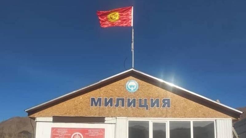 Порванный флаг на здании ПОМ села Кок-Мойнок заменен. Фото