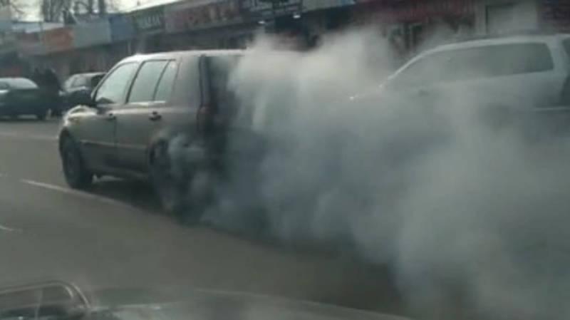 По Алматинке ехал дымящий «Гольф 3». Видео