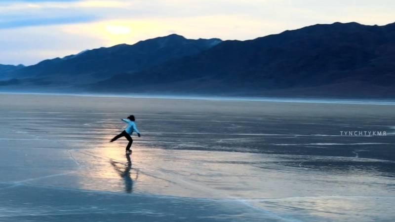 Невероятное видео: Фигурное катание на льду замерзшего озера в горах Кыргызстана