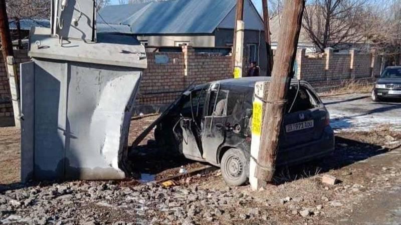 В Таласской области «Фит» врезался в трансформатор. Фото