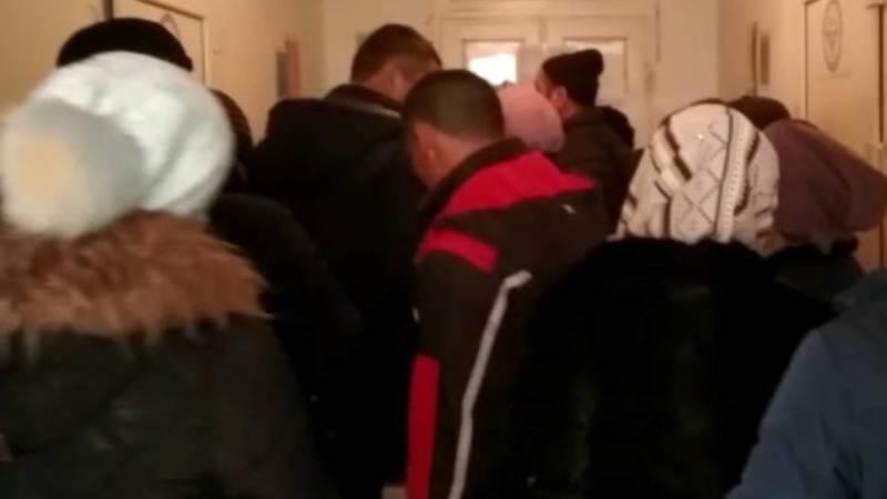Огромные очереди в ЗАГС Кара-Бууринского района. Видео местного жителя