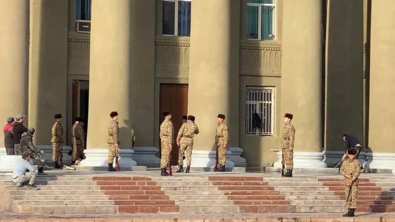 На Старой площади военные готовятся к инаугурации? - бишкекчанка