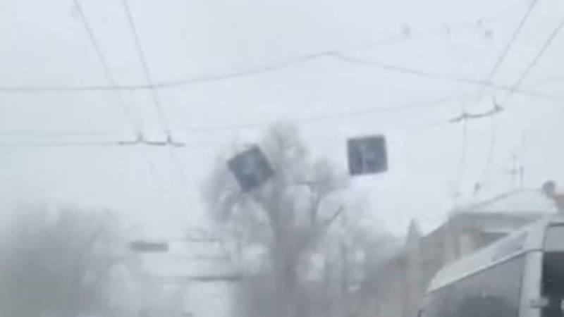 На проспекте Чуй дорожный знак болтается на одном креплении. Видео