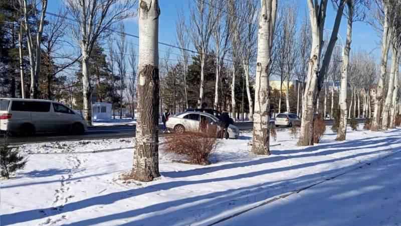 На Айтматова машина слетела с дороги. Фото