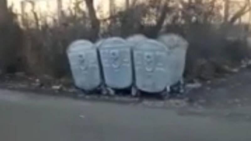 В Оше на ул.Мадуманова поставили мусорные баки около частного дома. Фото