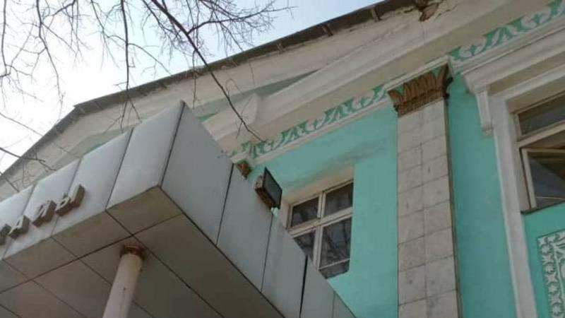 Здание музучилища имени М.Куренкеева очистили от сосулек
