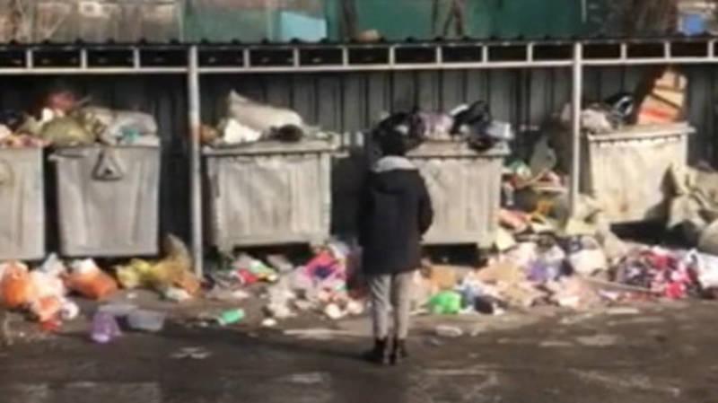 Бишкекчанка жалуется на мусор около музыкальной школы в 4 мкр. Видео