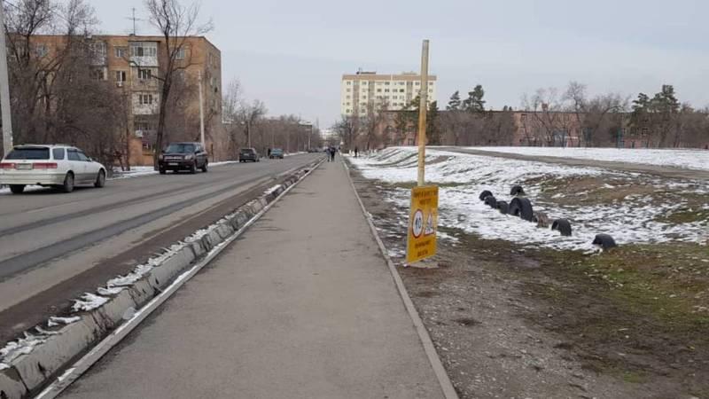 На ул.Безымянной в 5 мкр упал дорожный знак. Фото горожанина