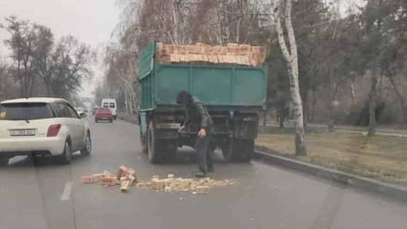 На ул.Каралаева из грузовика выпали кирпичи. Видео