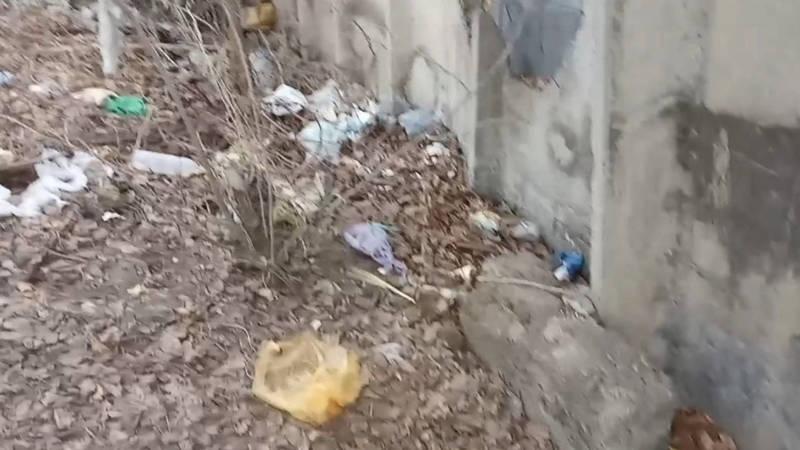 Горожанин жалуется на мусор около военкомата Свердловского района. Видео