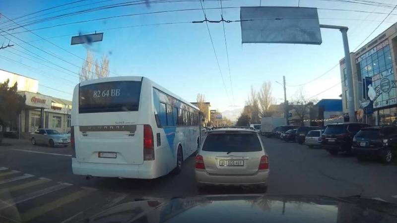 Автобус аэропорта «Манас» ездит с госномером от легкового автомобиля. Фото