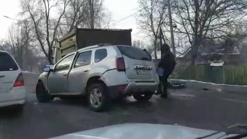 На трассе в аэропорт «Манас» автомобиль врезался в КамАЗ. Видео с места аварии