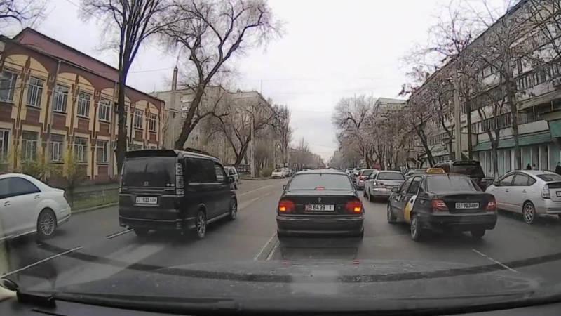 Четыре автомобиля проехали по встречке на Боконбаева. Видео