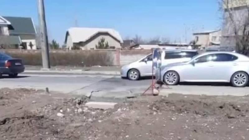 В Ак-Орго испортили дорогу, чтобы провести коммуникации к строящемуся дому. Видео