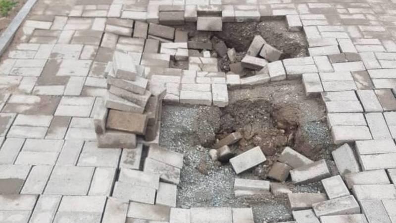 В Джале обвалился кусок тротуара. Фото местного жителя