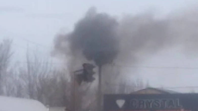 Из трубы здания в Романовке идет черный дым. Видео