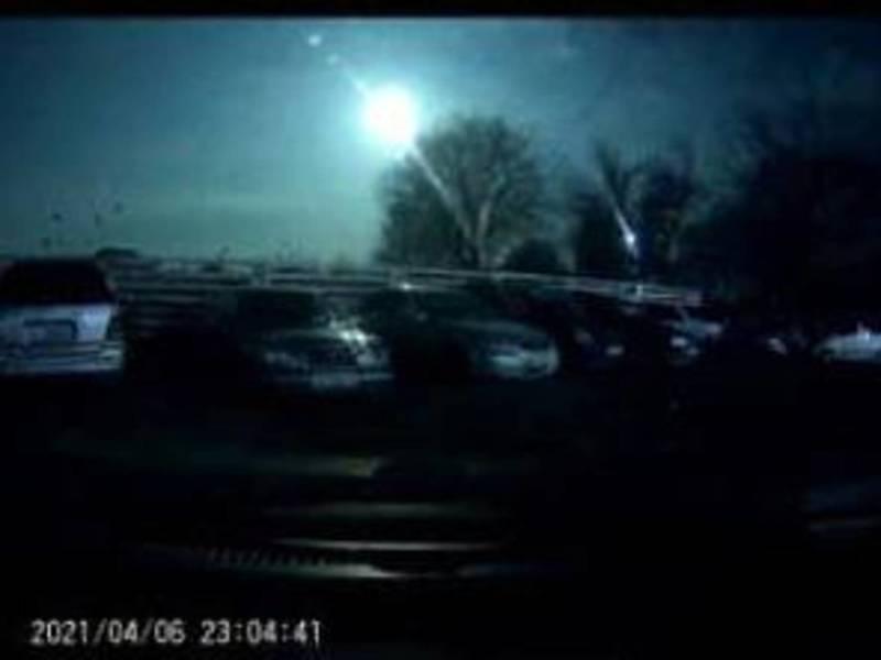 Бишкекчане заметили яркую вспышку в небе. Видео