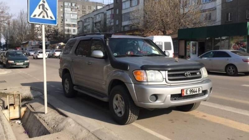 «Секвойя» припаркована на зебре. Фото