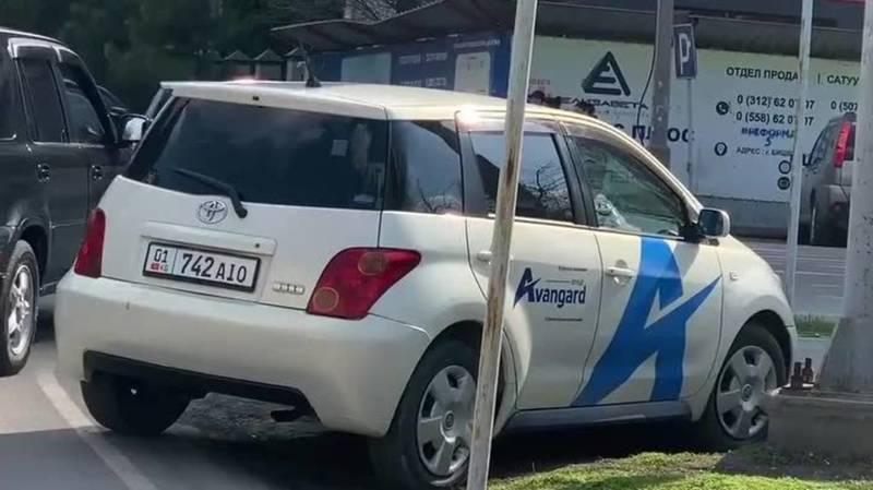 Машина стройкомпании «Авангард Стиль» припаркована на газоне. Фото горожанина
