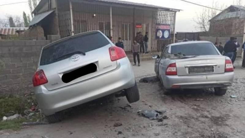 В Жалал-Абаде столкнулись две машины. Фото