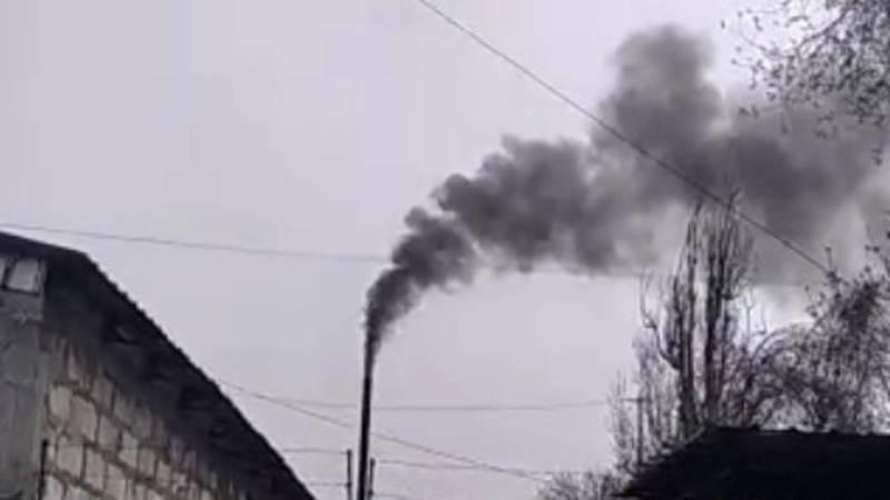 Из трубы здания на ул.7 апреля идет черный дым. Видео