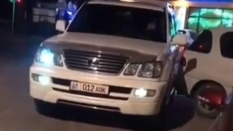 Lexus LX 470 поцарапал припаркованную машину. Видео