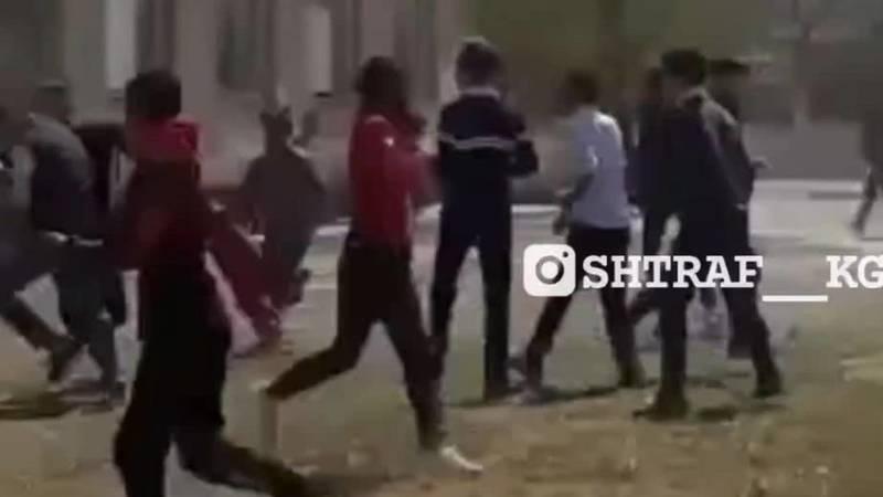 Массовая драка школьников в Баткенской области. Видео