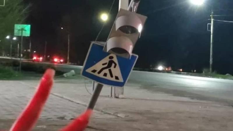 В Новопокровке накренился светофор. Фото