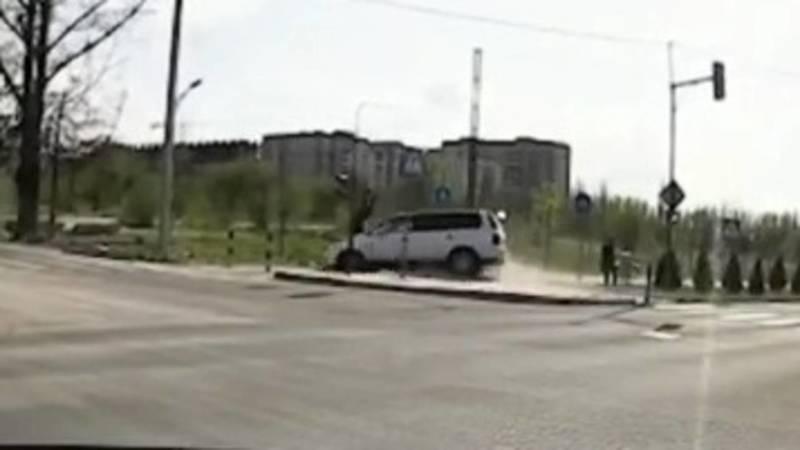 На Южной магистрали столкнулись две машины, пострадал велосипедист. Видео