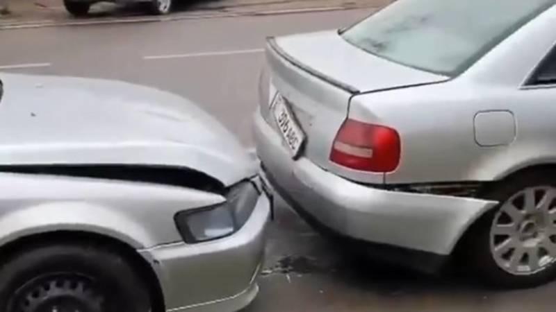 На Пишпеке паровозиком столкнулись четыре машины. Видео с места аварии
