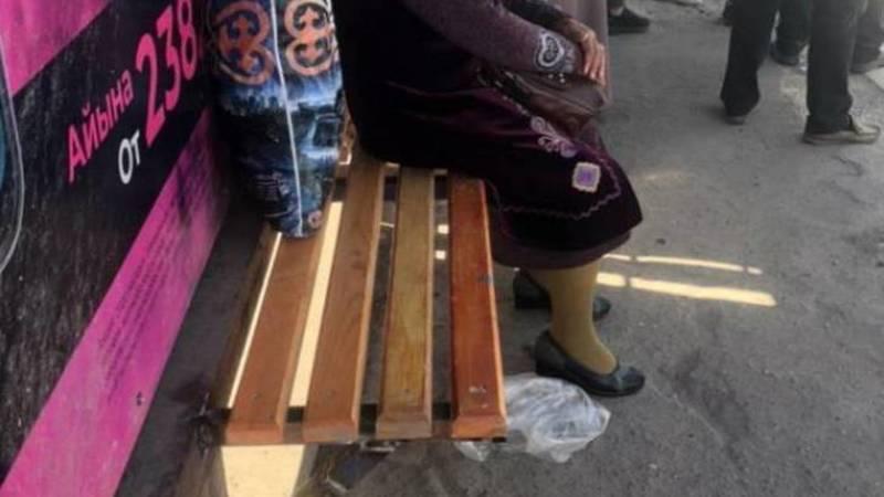 Скамейка на остановке на Бейшеналиевой отремонтирована. Фото