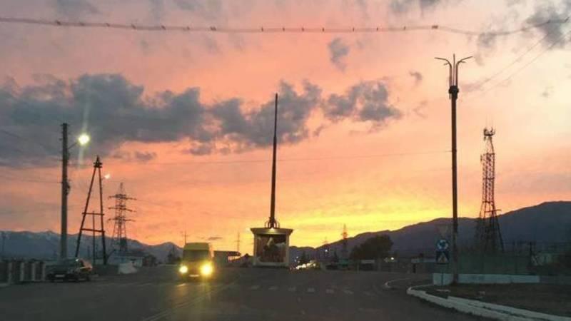 Красивый закат в Балыкчы. Фото