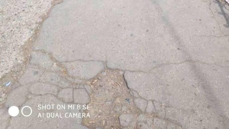 Бишкекчанка жалуется на состояние тротуара на Исанова. Фото