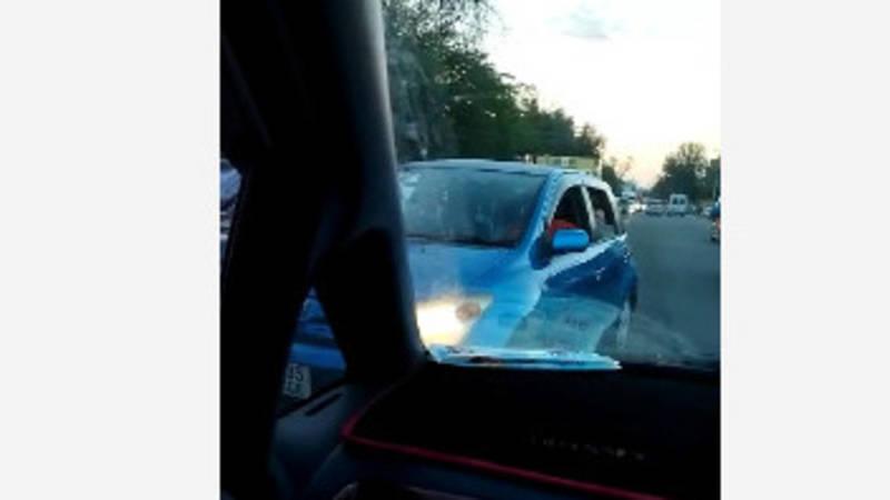 В Бишкеке водитель «Тойоты» выехал на встречку. Видео
