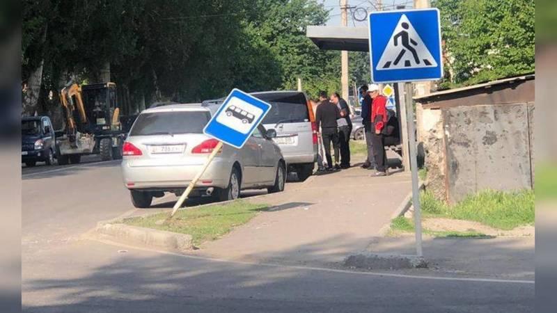 На Баялинова-Орозбекова сбили дорожный знак