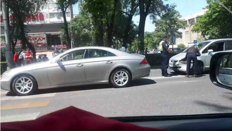 На Айтматова-Джаманбаева столкнулись «Фит» и «Мерседес». Видео