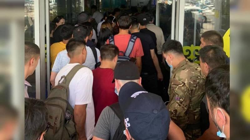 У входа в аэропорт «Манас» образовалась очередь. Фото