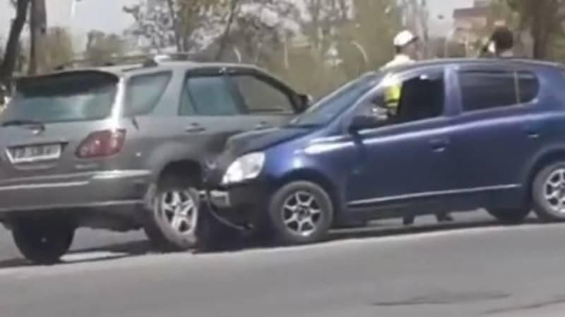 На Южной магистрали столкнулись Lexus RX 300 и «Тойота». Видео с места аварии