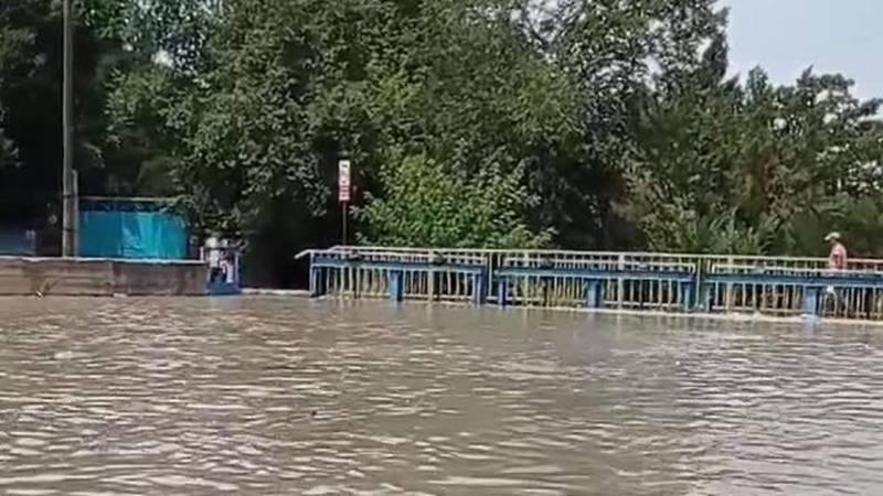 На реке Ала-Арча не открыли шлюзы, вода может смыть мост. Видео