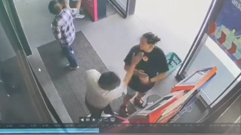 В «Глобусе» мужчина ударил женщину. Видео