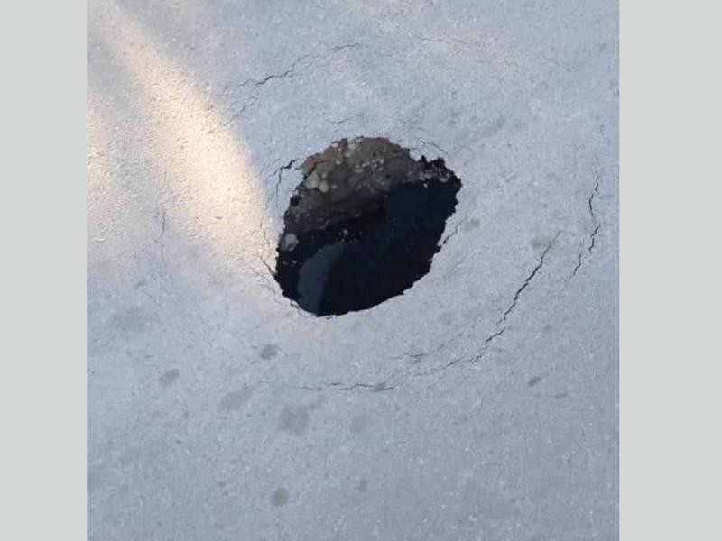 На улице Э.Керимова образовалась дырка в асфальте